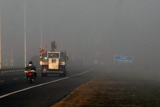 Mantené la distancia con otros automóviles para poder maniobrar en la niebla.